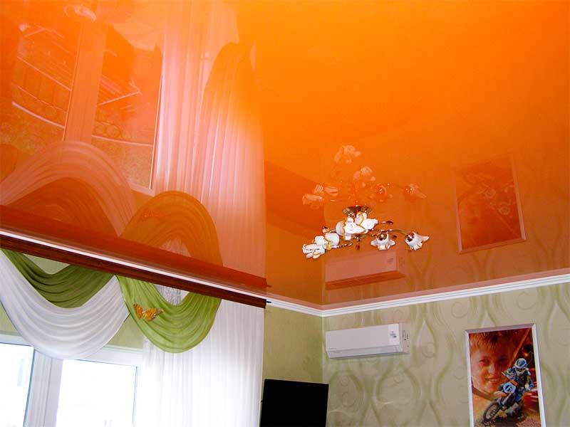 проверяют натяжной потолок цветной картинки как купаться